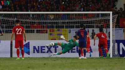 Clip: Quang Hải chỉ hướng cho Văn Lâm cản phá penalty trước Thái Lan