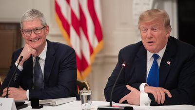 Vì sao CEO Apple thường xuyên qua lại với Tổng thống Donald Trump?