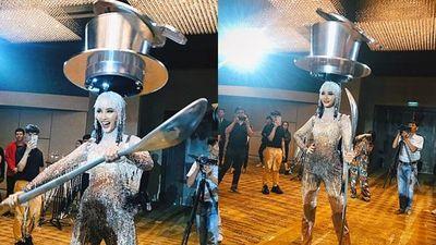 'Cafe phin sữa đá' trở thành quốc phục chính thức của Hoàng Thùy tại Miss Universe 2019
