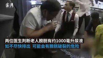 Bác sỹ dùng miệng hút nước tiểu cứu bệnh nhân