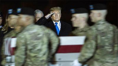 Tổng thống Mỹ Trump nhận hài cốt lính Mỹ chết trong tai nạn máy bay