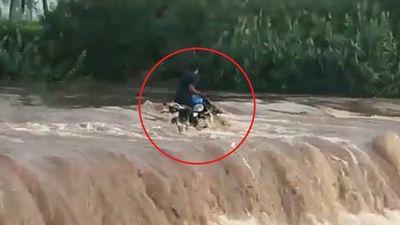 Xe máy bị cuốn trôi vì cố vượt qua dòng nước lũ
