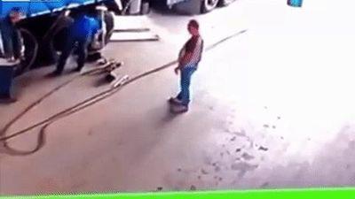 Lốp xe tải nổ tung hất văng 2 người