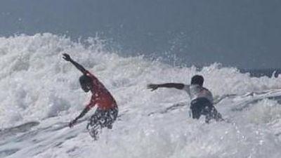 VĐV lướt sóng hy sinh HCV SEA Games để cứu đối thủ thoát chết