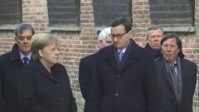 Bà Merkel lại suýt vấp ngã, dấy tin đồn về sức khỏe giảm sút