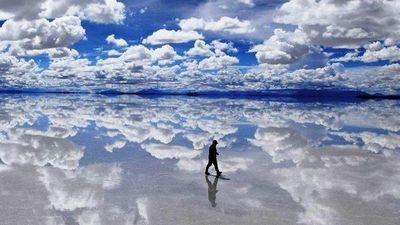 Đất trời giao nhau ở cánh đồng muối lớn nhất thế giới