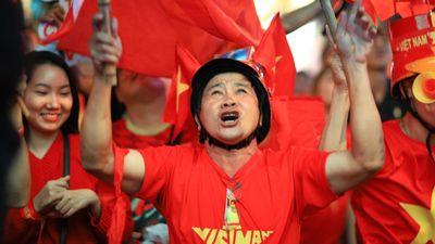 CĐV quận 1 nhảy múa khi U22 Việt Nam ghi liên tiếp 3 bàn thắng
