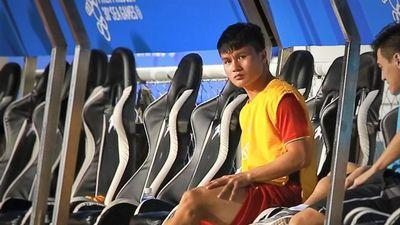Quang Hải tập nhẹ trong giờ nghỉ trận đấu với U22 Campuchia