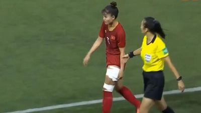 Xót xa nữ cầu thủ Việt Nam trầy xước rướm máu, quấn băng khắp chân