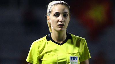 Trợ lý trọng tài chạy vào sân khi chung kết bóng đá nữ chưa kết thúc