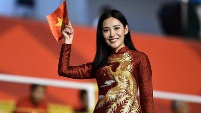Bạn gái Văn Hậu và các fan nữ sang Philippines cổ vũ U22 Việt Nam