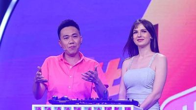 Anh Đức tán tỉnh nữ DJ ngoại quốc trên sóng truyền hình