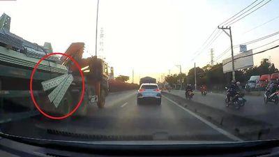 Clip: Không chằng buộc chắc chắn, miếng thép rơi từ xe đầu kéo suýt gây đại họa