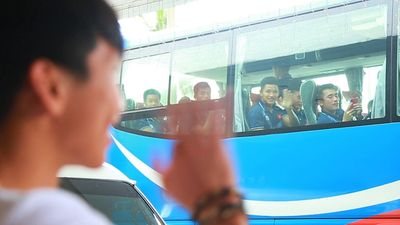 Văn Hậu quyến luyến chia tay thầy Park và đồng đội