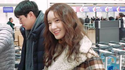 Yoona rạng ngời ở sân bay