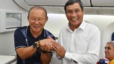 Hai HLV Park Hang-seo và Mai Đức Chung cùng rạng rỡ trên 'siêu máy bay' về Nội Bài