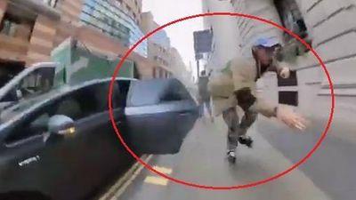 Nam thanh niên trượt patin va vào cửa ôtô mở ngã xuống vỉa hè