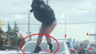 Người phụ nữ nhảy lên ôtô giẫm đạp vì bị bạn trai lừa dối