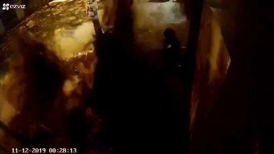 Ống nước nổ tung như bom ở Buôn Ma Thuột , người và xe lao thẳng xuống hố
