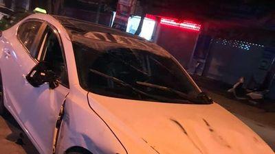 Gần 20 thanh niên đẩy xe ô tô bị lật ngữa giữa đường cứu tài xế
