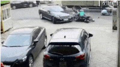 Clip: Xe Mercedes mất lái tông liên hoàn nhiều phương tiện, cán qua người đi đường