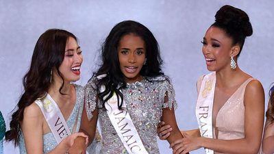 Khoảnh khắc tân Hoa hậu Thế giới chỉnh váy cho Lương Thùy Linh