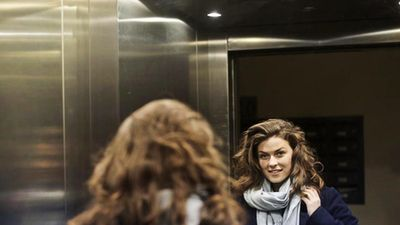 Tác dụng của những chiếc gương trong thang máy