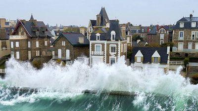 Sóng triều vượt nhà cao tầng, xô liên tiếp vào thị trấn Pháp