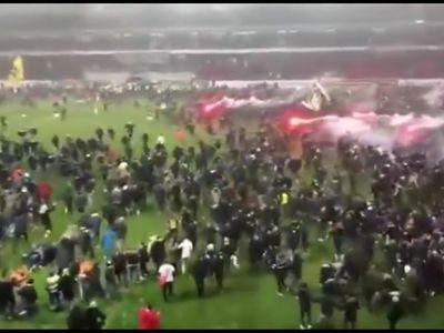 Một cảnh tượng hỗn loạn đã xảy ra sau trận đấu giữa AIK và Kalmar tại giải VĐQG Thụy Điển. Chiến thắng 1-0 đã giúp AIK giành chức vô địch Thụy Điển sau 9 năm chờ đợi, và các cổ động viên đã khiến cầu trường như muốn nổ tung