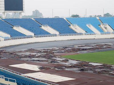 Hai ngày trước trận đấu giữa đội tuyển Việt Nam và Malaysia (19h30, 16/11) tại AFF Cup, sân vận động quốc gia Mỹ Đình đang gấp rút hoàn thiện các công tác chuẩn bị.