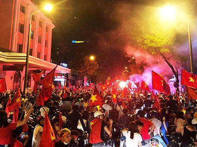 Sau chiến thắng của ĐT Việt Nam trước Malaysia, hàng vạn CĐV đã xuống đường ăn mừng. Đoàn người tiến về Hồ Gươm, Nhà hát lớn càng lúc càng đông.