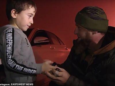 Một cậu bé người Nga mới 5 tuổi đã hoàn thành tốt động tác này, thậm chí em còn được tặng một chiếc xe ô tô Mercedes cho thành tích chống đẩy xuất sắc đó.