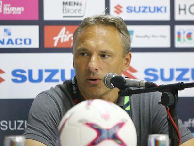 Ông Antoine Hey tiết lộ mình đã thay đến 5 cầu thủ so với hai trận thắng trước để tiếp Việt Nam vì trận này không quan trọng bằng lượt cuối làm khách trên sân Malaysia ngày 24-11.