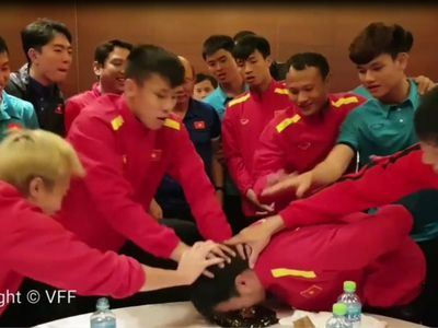 'Lầy lội' không kém các học trò, ông thầy người Hàn đã đưa ra một cú lừa ngoạn mục khiến tiền vệ Đức Huy nhận 'trái đắng' ngay trong sinh nhật của mình.