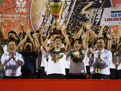 Khoảnh khắc đăng quang ngôi vô địch V-League 2019 của Hà Nội FC sau khi kết thúc trận đấu với Than Quảng Ninh trên sân Cửa Ông ở vòng 26.