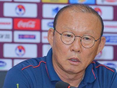 Hơn 3 tiếng trước giờ bóng lăn, CĐV tụ tập quanh sân Mỹ Đình để làm nóng bầu không khí trước trận đấu giữa tuyển Việt Nam và UAE trong khuôn khổ vòng loại World Cup 2022.