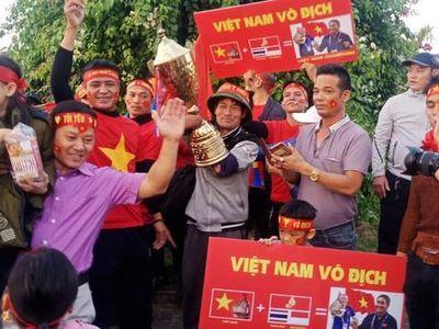 Lịch thi đấu dày đặc, áp lực tâm lý căng thẳng, nhưng bỏ lại tất cả, các cầu thủ của đội tuyển bóng đá U22 Việt Nam đã làm nên chiến thắng lịch sử tại SEA Games 30. Các chàng trai Việt Nam đã đoạt được huy chương vàng của môn bóng đá, qua đó giải 'cơn khát vàng' trong suốt 60 năm qua. Trước đó, đội tuyển bóng đá nữ cũng xuất sắc giành Huy chương vàng. Chiến thắng lịch sử của bóng đá Việt Nam đã làm nức lòng người hâm mộ, nên từ chiều 11-12-2019, rất đông người yêu bóng đá đã tập trung tại khu vực trước sân bay Nội Bài, cũng như trên các cung đường dự kiến đoàn sẽ đi qua, để chào đón đội tuyển bóng đá U22 Việt Nam và đội tuyển bóng đá nữ Việt Nam. PV Báo ANTĐ sẽ ghi nhận trực tiếp các diễn biến để liên tục chuyển tải hình ảnh cập nhật tới độc giả!