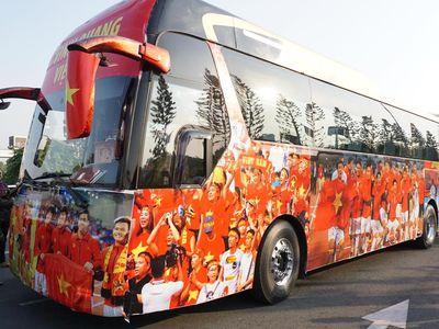 Để chào đón những 'chàng trai vàng trong làng thể thao' về nước, Liên đoàn bóng đá Việt Nam đã chuẩn bị dàn xe đưa đón có trang trí hoành tráng, đẹp mắt.
