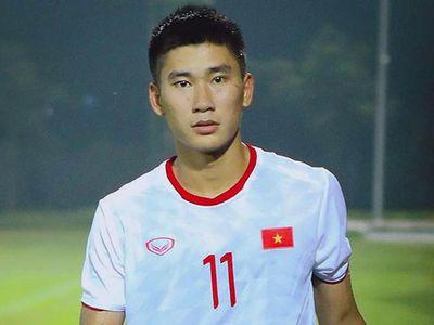 Được HLV Park Hang-seo triệu tập lên tuyển U23 Việt Nam sang Hàn Quốc tập huấn, Nhâm Mạnh Dũng lập tức chiếm spotlight vì quá đẹp trai.
