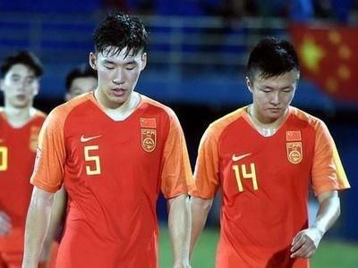 Zhu Chenjie, hậu vệ khiến U23 Trung Quốc nhận 2 quả phạt 11 m tại vòng chung kết châu Á, nhận giải cầu thủ trẻ hay nhất năm và tạo nên nhiều ý kiến trái chiều trên mạng xã hội.