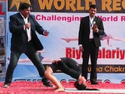 Riya Paladia, 11 tuổi, đến từ Ấn Độ, đã xác lập kỷ lục thế giới với 21 lần thực hiện động tác yoga từ tư thế đứng trong một phút.
