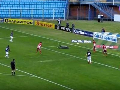 Trong bóng đá, thủ môn là chốt chặng cuối cùng nơi hàng thủ của mội đội bóng. Không ít những anh chàng gác đền trong nỗ lực cứu thua đã vô tình 'biếu' không cho đối thủ bàn thắng như video clip dưới đây.