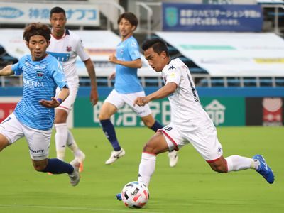 Tiền vệ Thái Lan thực hiện đường chuyền chính xác giúp Suzuki ghi bàn ấn định thắng lợi 2-1 cho Consadole trong trận đấu chiều 4/7. Đây là cú kiến tạo thứ 3 của anh sau 2 vòng đấu.
