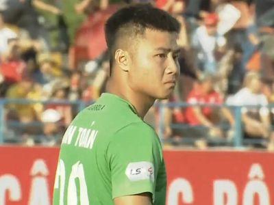 Thủ môn Nguyễn Văn Toản lỡ trớn vì phán đoán sai điểm rơi trong bàn thua đầu tiên của chủ nhà Hải Phòng ở trận gặp CLB Sài Gòn thuộc vòng 8 V.League chiều 5/7.