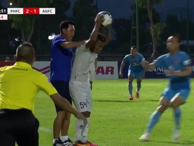 HLV Hứa Hiền Vinh và các học trò có hành động lao vào phản ứng với cầu thủ Văn Huy của An Giang sau khi hậu vệ này đá bóng về phía BHL Phố Hiến