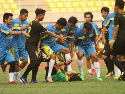 Các cầu thủ đội Champas FC có hành động phi thể thao vì bức xúc với quyết định của trọng tài, trong trận đấu nghiệp dư tại Indonesia hôm 13/7.