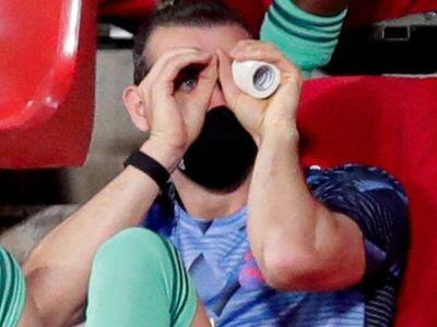 Cựu tiền đạo Dimitar Berbatov thể hiện sự bức xúc khi chứng kiến khoảnh khắc Gareth Bale ngủ gật trên ghế dự bị. Theo Berbatov, Bale nên ra đi để cứu vãn sự nghiệp.