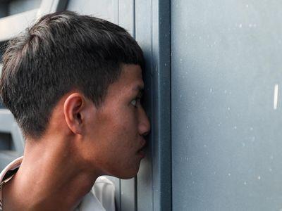 Chiều 16/7, buổi tập kín làm quen sân Hà Tĩnh của CLB TP.HCM thu hút đông đảo CĐV đội nhà. Mọi người nhìn các tuyển thủ Nguyễn Công Phượng và Bùi Tiến Dũng từ khe cửa.