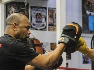 Cựu võ sĩ Roy Jones duy trì kỹ năng và tốc độ khá tốt ở tuổi 51. Ông sẽ thượng đài với huyền thoại Mike Tyson tại Mỹ vào ngày 28/11.