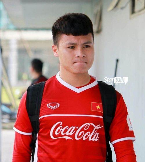 Vì sao Quang Hải luôn mặc áo dài tay khi thi đấu dù thời tiết nóng như thiêu như đốt?